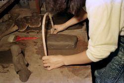 3:弓で粘土を切る